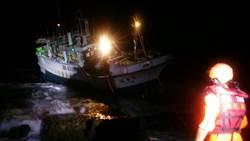 東港漁船擱淺墾丁 無人受傷先抽油
