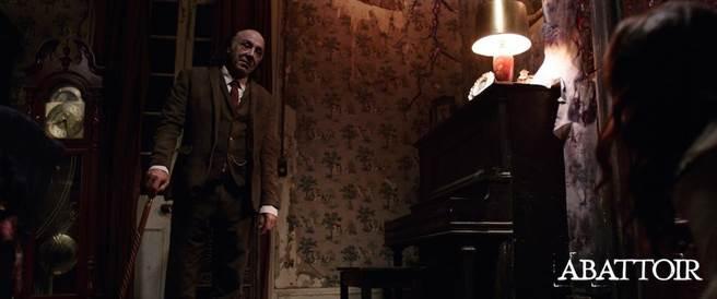 神秘老人究竟與房地產界的知名鬼屋有何關係是片中一大謎團。(圖/車庫娛樂提供)