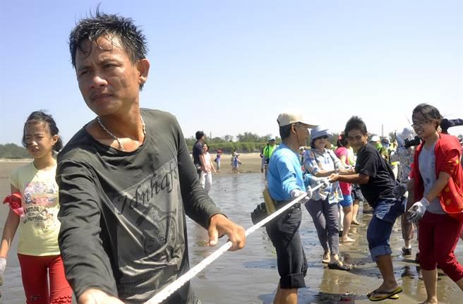 東南亞漁工協助台灣民眾牽罟。(楊明峰攝)