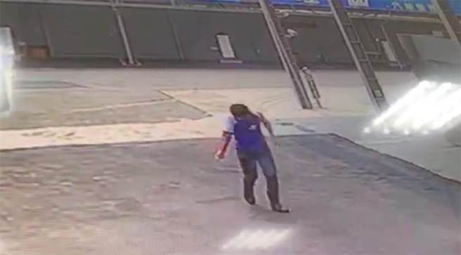 加油站員工手臂遭機器扭斷,表情痛苦走向同事求救。(柯宗緯翻攝)