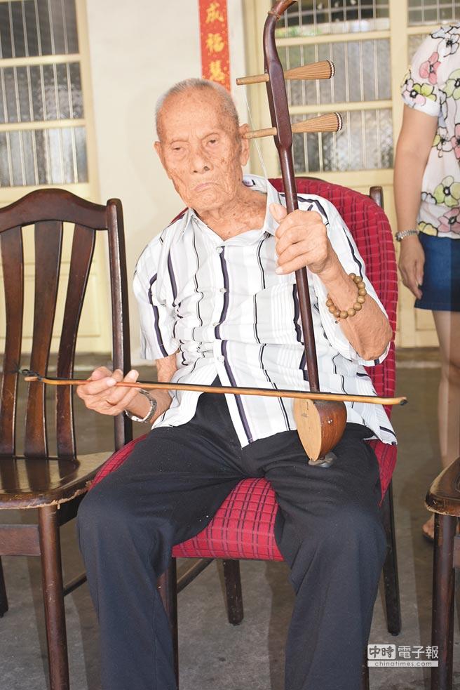 鍾富超近年重拾拉胡琴的興趣,時常自娛娛人。(莊旻靜攝)