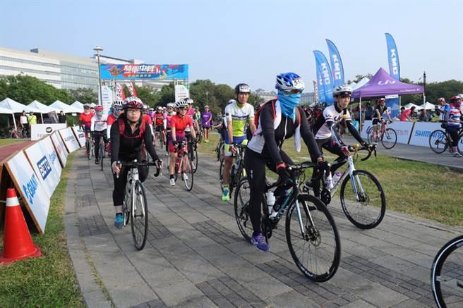 「2016捷安特自行車嘉年華─Liv女子挑戰賽」25日在中科水崛頭公園熱鬧登場,吸引超過400位單車愛好者參加,一路開騎,全程約50公里。中央社記者郝雪卿攝  105年9月25日