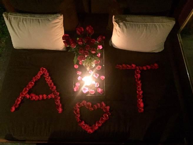 好友們24日晚替陳怡蓉辦秘密單身趴,用玫瑰花瓣排出新人的英文名字字首A&T,讓新娘大呼驚喜。(明悅整合提供)