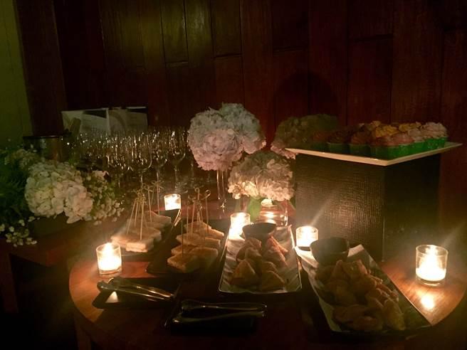 好友們24日晚替陳怡蓉辦秘密單身趴,滿滿的玫瑰花卉及搖曳燭光,布置浪漫唯美。(明悅整合提供)