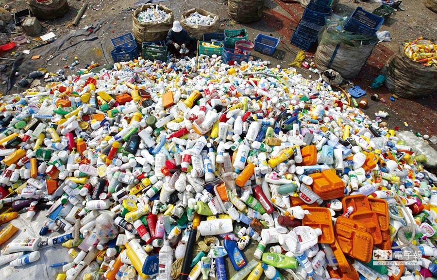 要讓廢棄物得以再利用,從上游的材料起就要加以設計。圖/路透