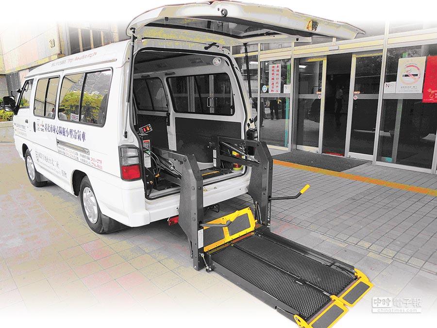 中華得利卡加裝輪椅昇降設備。(台北市公運處提供)