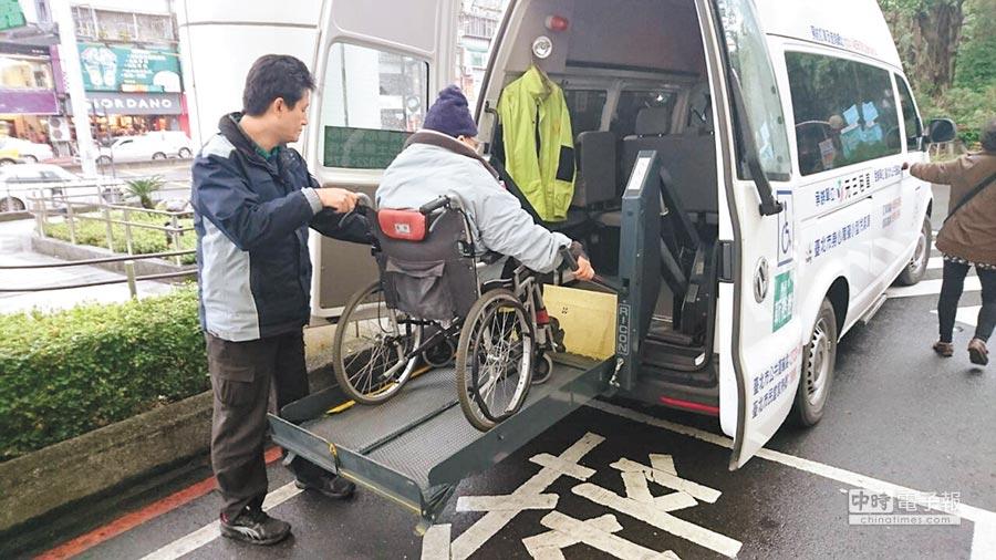 為落實社會福利政策、照顧身心障礙市民,台北市政府自1989年起推動小型復康巴士業務,提供身心障礙者無障礙運輸服務。(台北市公運處提供)