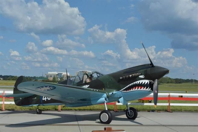 參加飛行表演的P-40N,被漆上青天白日徽。(圖/許劍虹攝)