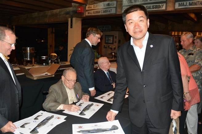 范大維參謀長與飛虎握手簽名。(圖/許劍虹攝)