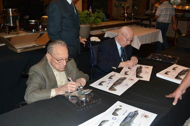 隆松斯基(左)與拜斯敦(右)兩人為參加晚宴的貴賓們簽名。(圖/許劍虹攝)