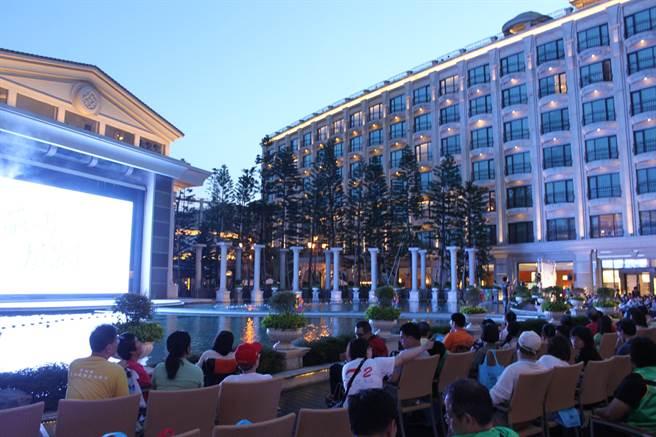 義大皇家酒店推「阿嬤的青春電影院」播放懷舊電影。(義大提供)