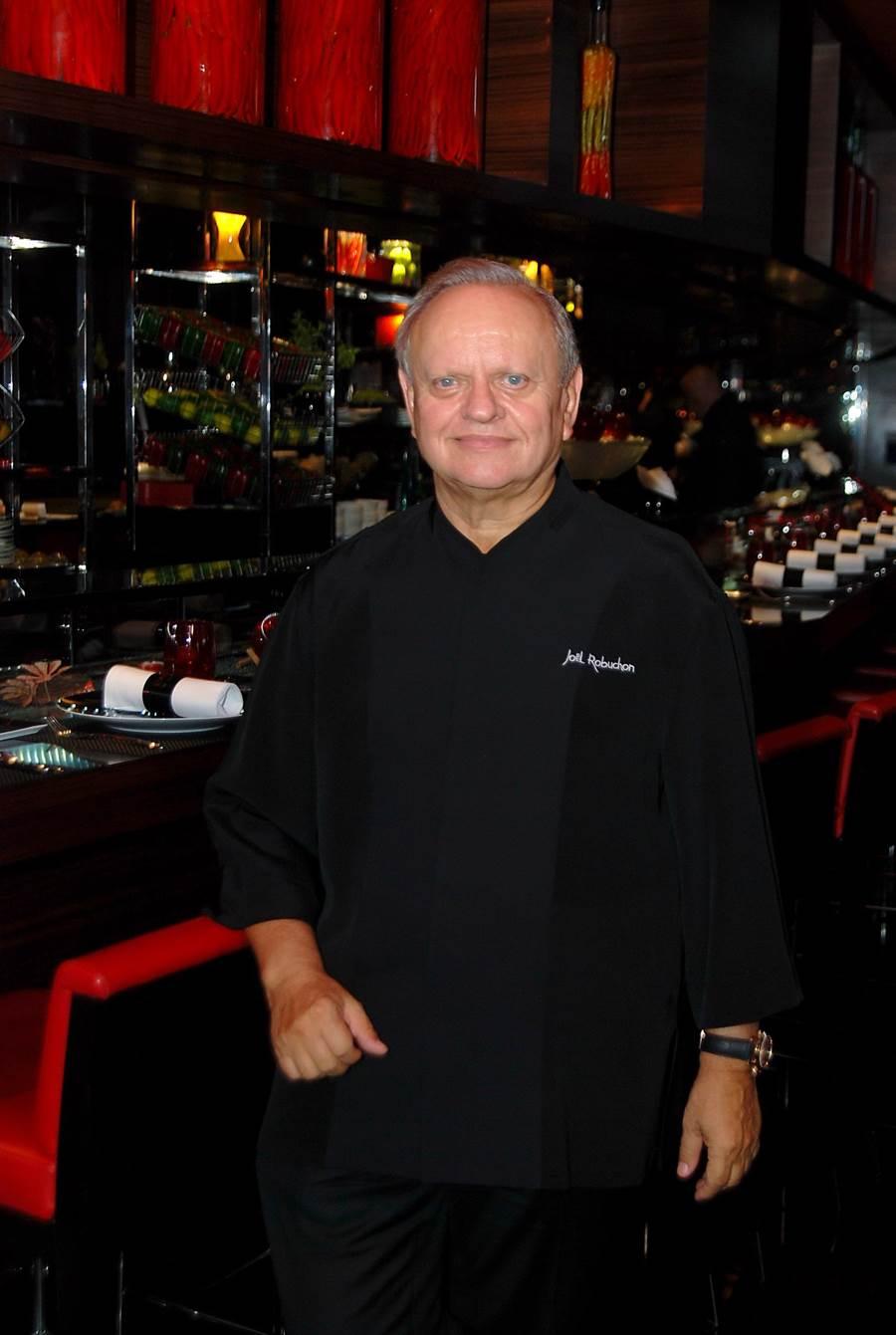 將於今晚在BELLAVITA侯布雄法式餐廳主持星光晚宴的「世紀名廚」侯布雄表示,維持菜餚一致品質水準,是餐廳在米其林指南中摘星的必要條件。(圖/姚舜攝)