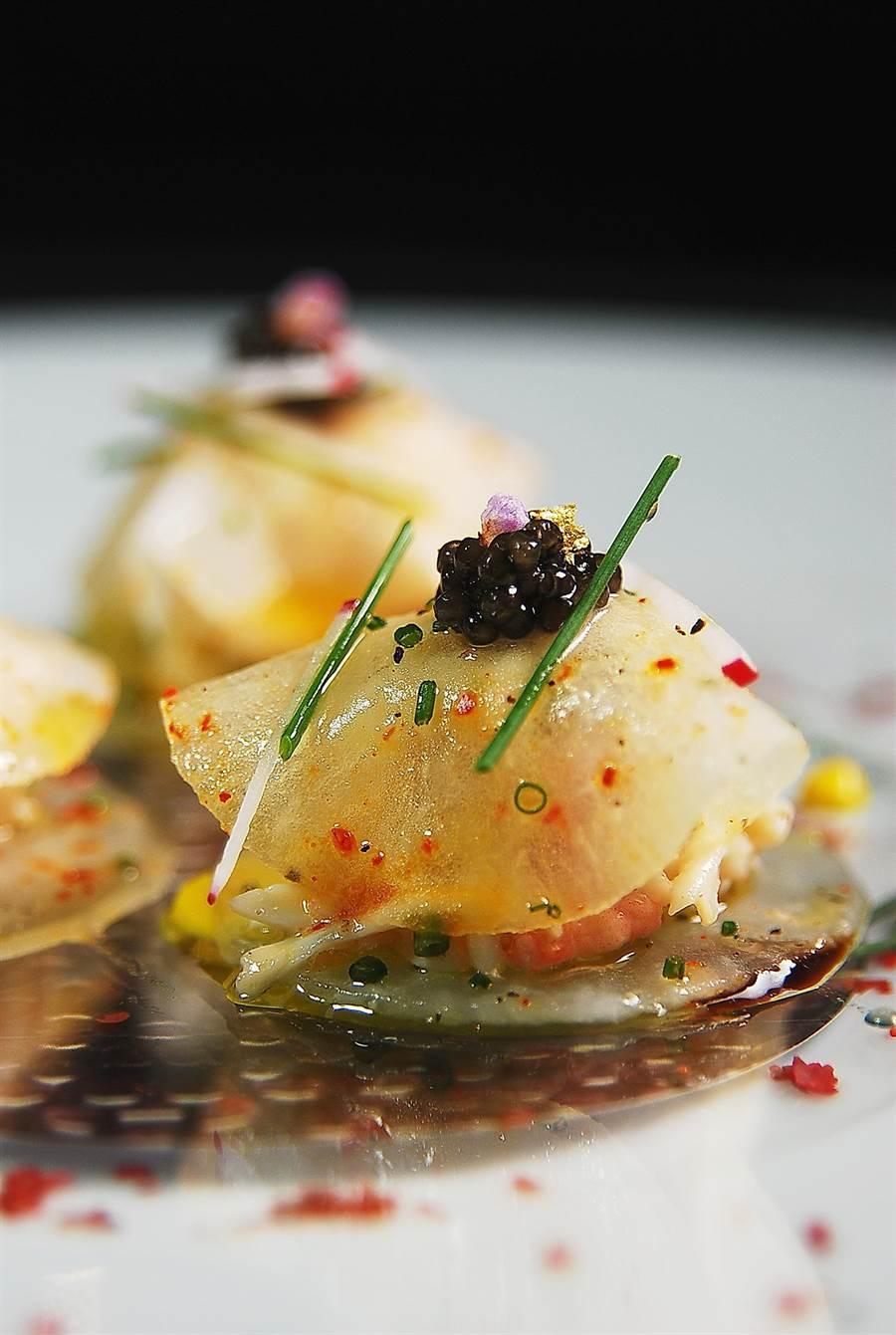 侯布雄廚藝團隊演繹的〈經典魚子醬綴蘿蔔蟹肉義大利餃〉,以日本料理常見食材大根片薄取代麵粉製作的餃子皮。(圖/姚舜攝)