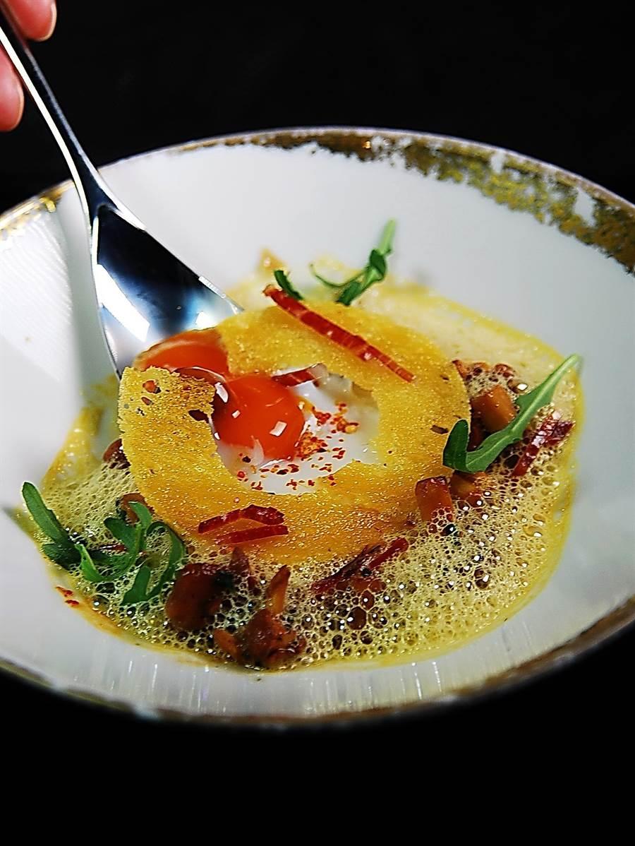侯布雄法式餐廳在「侯布雄周」推出的「香特列野菇搭配水波溫泉蛋及法國黃酒醬」,醬汁風味類以中國紹興酒。(圖/姚舜攝)