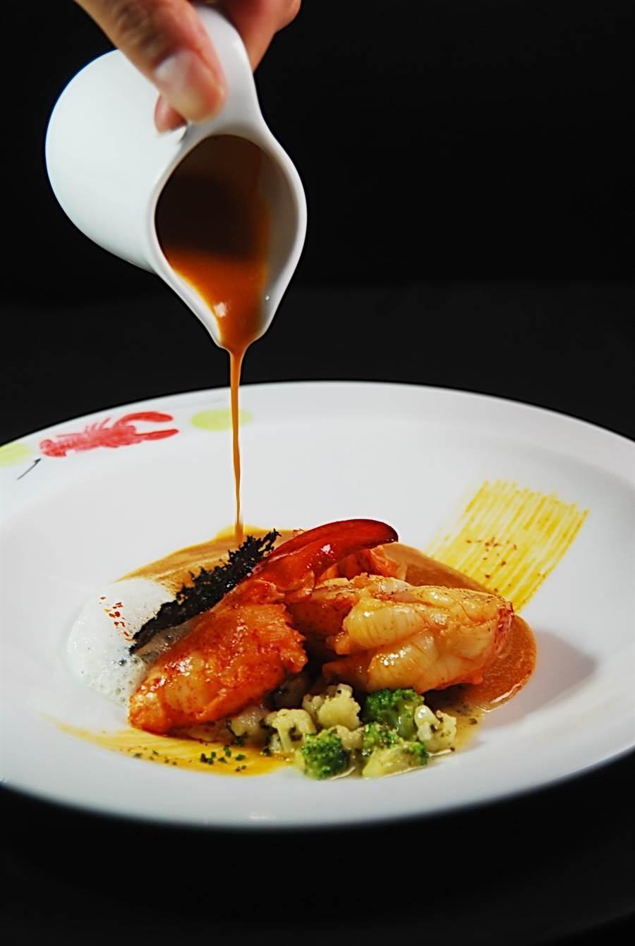 侯布雄廚藝團隊作的〈波士頓龍蝦與羽衣甘藍菜與龍蝦湯〉,濃鮮龍蝦湯可以取代醬汁為龍蝦賦味。(圖/姚舜攝)