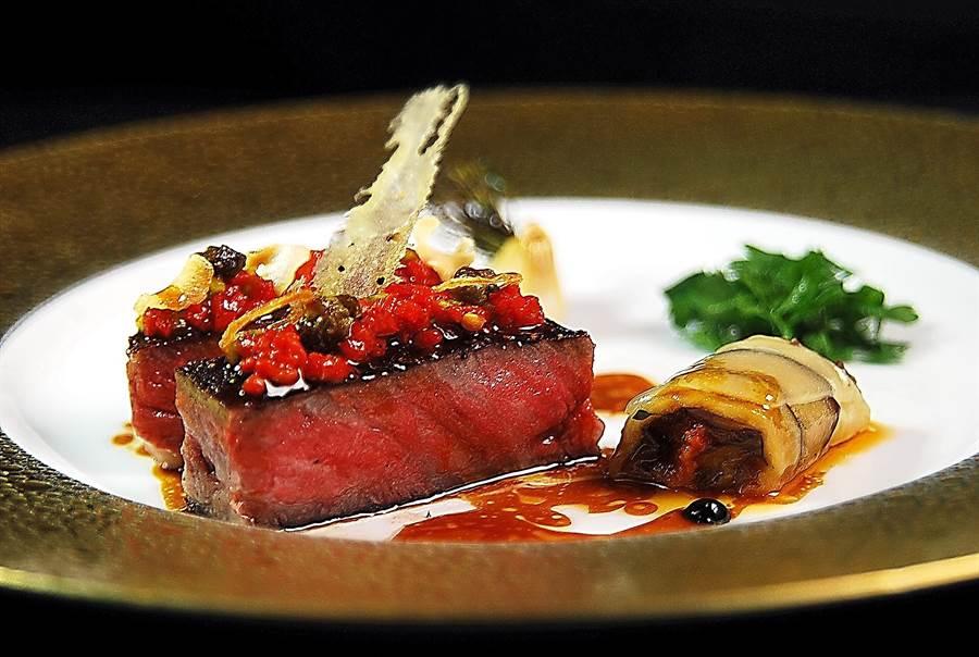 〈澳洲M9和牛搭配茄子番茄捲與沙拉〉傳遞了「法式牛排」的美味與口感。(圖/姚舜攝)
