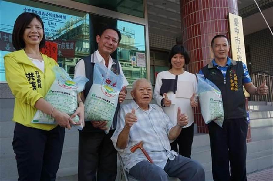 93歲老農廖德忠(中)捐1萬斤白米,副市長林依瑩(右二)前往表揚善行,並讚許阿忠伯「揪甘心!」(王文吉攝)