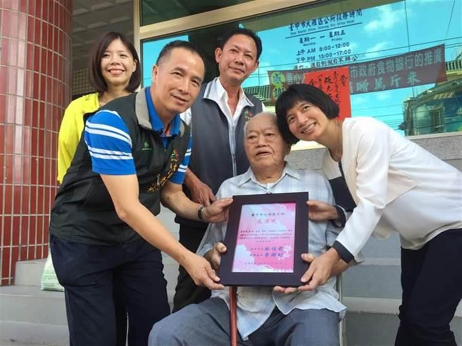 副市長林依瑩(右一)頒發感謝狀給老農廖德忠(右二),並祝福阿忠伯「老康健」。(王文吉攝)