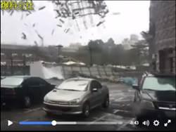 超可怕!台中前金沙百貨巨大鷹架 被強風吹落砸人