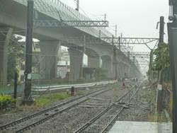 金沙百貨鷹架倒塌 台鐵遭波及 雙線不通