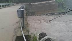 尖石鄉道路塌陷 一鐵皮屋遭強風吹跑