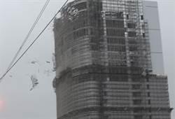 驚嚇!台中金沙百貨巨型鷹架從天降傳人車傷