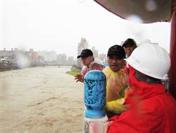 三峽鳶山堰持續性洩洪 場面壯觀