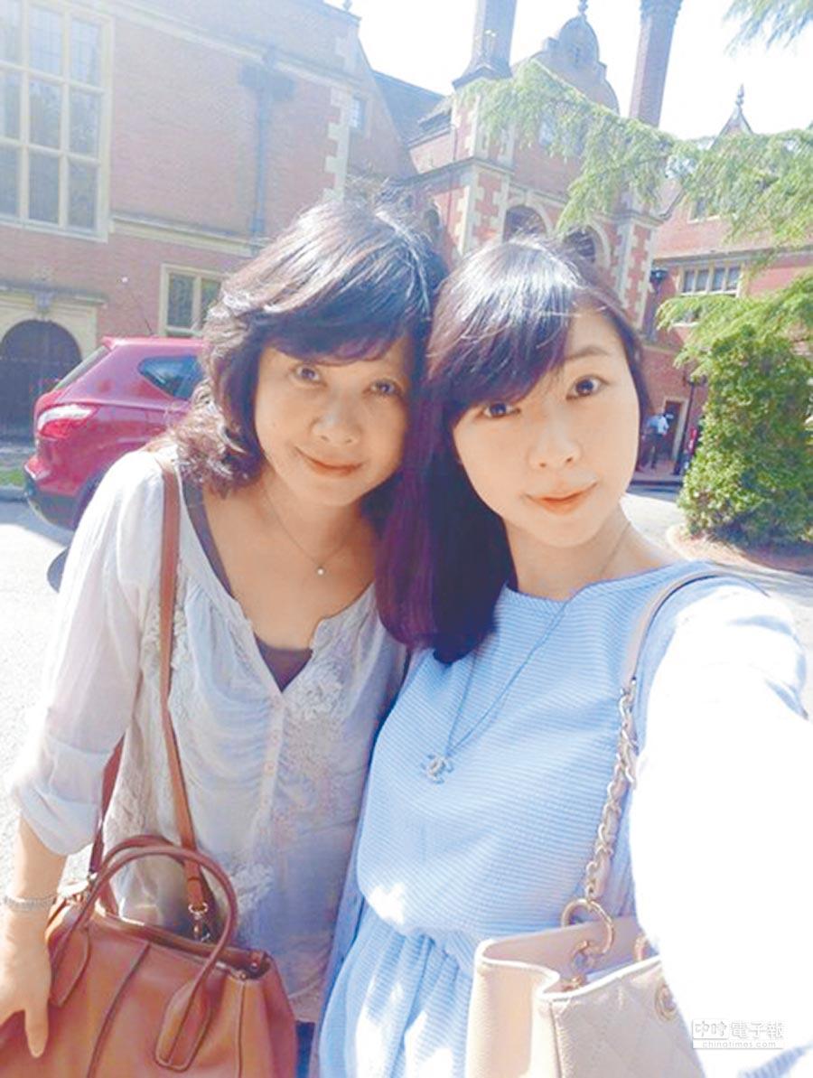 嚴美蕓(左)和女兒出國,外國人和她搭訕且直接忽視旁邊的女兒。