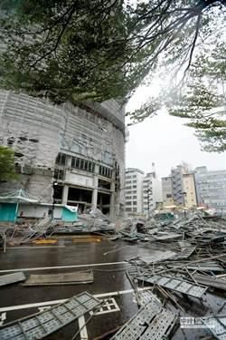 【颱風災情】李芳艾美酒店鷹架塌封路 建國路12點通車
