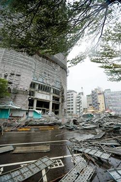 颱風重創台中 李方艾美酒店鷹架塌