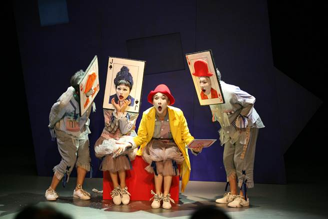 中國大陸導演趙淼舞台劇作品《吾愛至斯》,以失智症為主題,劇中安排主角穿上鮮黃色外套,在途中遇上一群面部穿戴撲克牌道具的演員。(廣藝基金會提供)