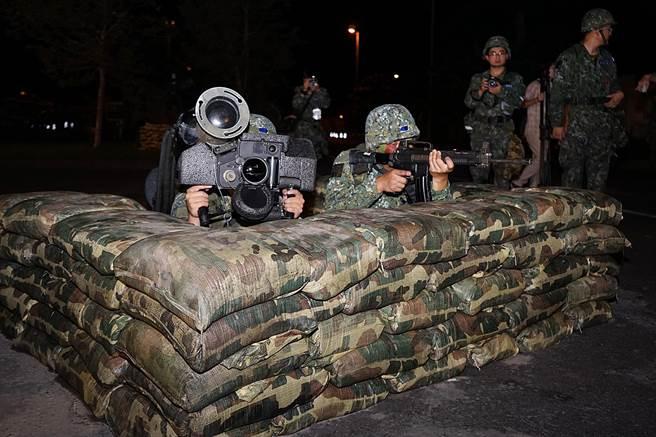 台灣雪山隧道2016年8月首度配合漢光演習,於24日凌晨封閉道路實兵演練,國軍展現各式兵力武器,再加上各項阻絕設施,順利殲滅敵軍。(圖/王亭云攝)
