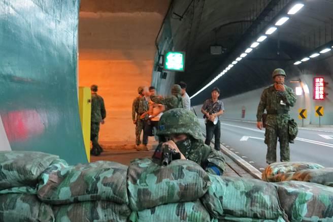 「漢光32號」演習實兵演練今年首度納入「雪山隧道封阻」演練課目,8月24日凌晨國軍在雪隧頭城段演練,隧道內每隔350公尺的人行緊急避難道就部署一名兵力。(圖/中央社)