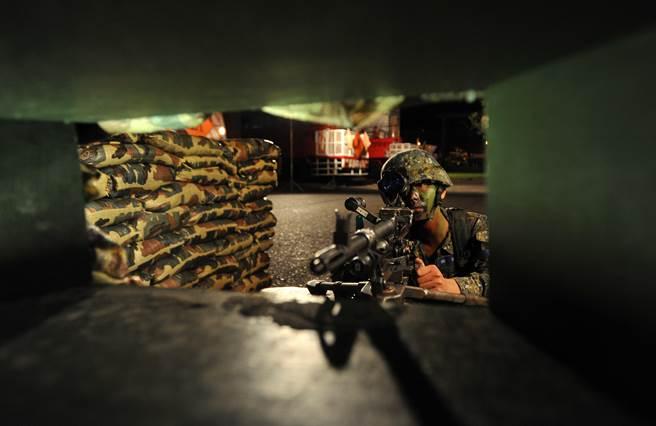 台灣「漢光32號」演習實兵演練2016年8月22日到26日登場,蘭陽作戰分區24日凌晨在雪山隧道頭城段實施「兵、火力運用暨隧道封阻」實兵演練,陸軍蘭指部狙擊組官兵,以T-93狙擊槍搭配夜視鏡,模擬擊殺進犯敵軍。(圖/劉宗龍攝)