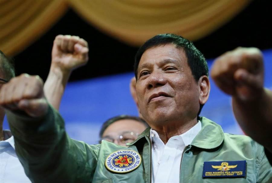 圖為菲律賓總統杜特蒂(Duterte)在該國空軍總部。(圖/美聯社)