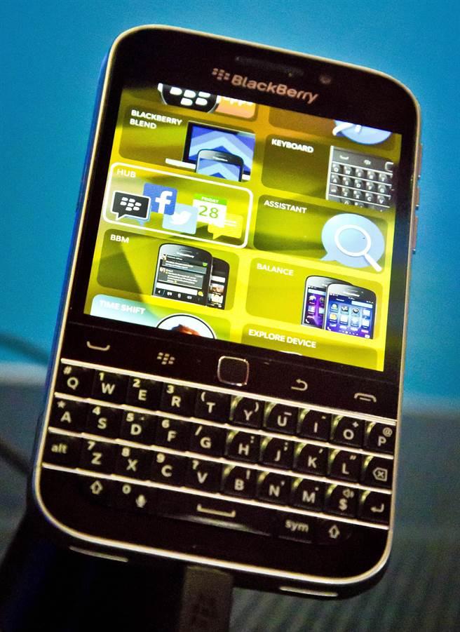 黑莓(Blackberry)已正式對外宣布,退出智慧型手機業務。未來,這部分工作將會外包執行。代表黑莓粉絲們向經典全鍵盤黑莓機說再見的時刻,已悄然到來。(圖/翻攝美聯社)