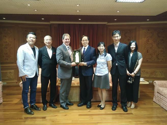 國際網球總會會長(ITF)哈格提(左三)拜會體育署,允諾全力培育台灣國際級教練人才。(教育部體育署提供)