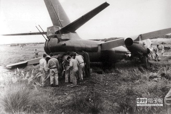 1965年11月11日,李顯斌、李才旺及廉保生3人駕駛轟炸機從杭州筧橋機場起飛,降落於桃園,飛機當時偏離跑道迫降,一群國軍弟兄包圍著機尾,將廉保生拉出。(賴佑維翻攝)