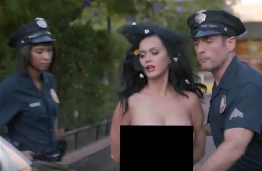 凱蒂佩芮拍片宣傳投票,全裸入鏡。(圖/翻攝影片)
