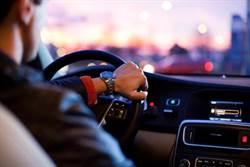 開車時用免持聽筒 跟手持電話一樣危險?