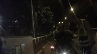 毒蟲騎車衝撞拒檢 員警一把拉住機車逮人