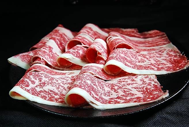 在〈郭主義麻辣火鍋〉可以點到油花分布細致且均勻的澳洲Blackmore全血和牛作涮料,享受頂級肉品滋味。(圖/姚舜攝)