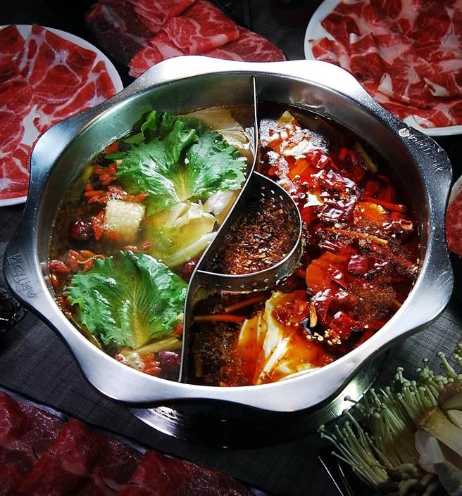 在〈郭主義麻辣火鍋〉啖鍋可以享用鴛鴦鍋,圖左是用黃金蟲草熬製的養生鍋,右為鮮香麻辣但不嗆不燥的麻辣鍋。(圖/姚舜攝)