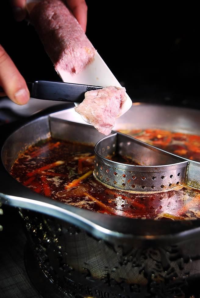郭主義做的〈川丸子〉,下鍋涮熟後吃在嘴裡的口感像〈獅子頭〉,又有點像〈鹹魚蒸肉餅〉。(圖/姚舜攝)