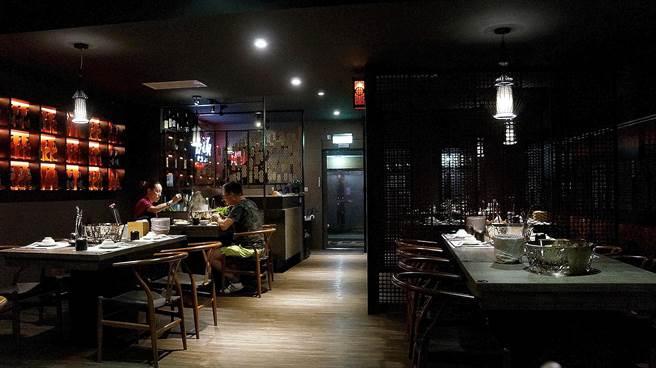 〈郭主義麻辣火鍋〉面積不大,時尚中國風的店裝不俗且舒適。(圖/姚舜攝)
