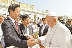 教宗獲贈鹽雕 賜福台灣人民