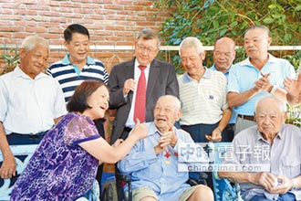 竹縣最長壽 109歲嬤勤掃廟
