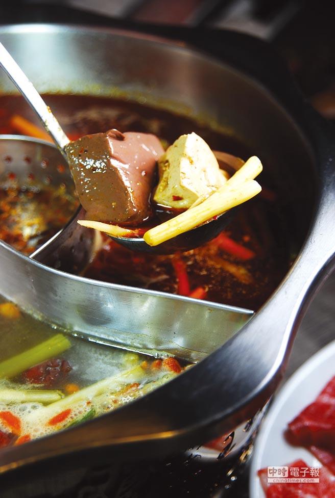 〈郭主義麻辣火鍋〉鍋底內的鴨血和豆腐採無限供應,客人打包時店家還會再主動加一點。圖/姚舜