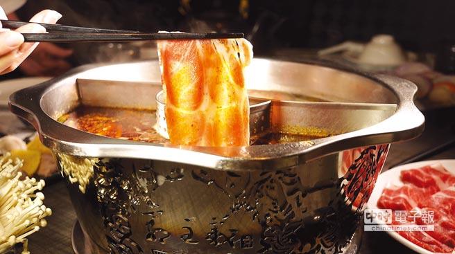 〈郭主義麻辣火鍋〉的鍋具經特別設計,除了有一雷射切割出九龍絞的外鍋,內鍋內並有一盛裝花椒等辛香料的小濾斗,避免湯汁混濁。圖/姚舜