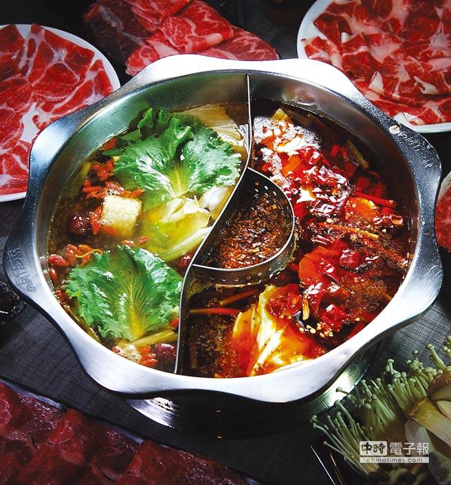 在〈郭主義麻辣火鍋〉啖鍋可以享用鴛鴦鍋,圖左是用黃金蟲草熬製的養生鍋,右為鮮香麻辣但不嗆不燥的麻辣鍋。圖/姚舜